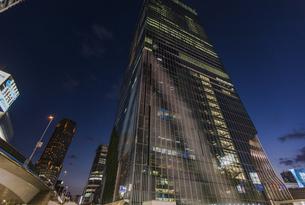 渋谷駅東口より見上げる高層ビルの写真素材 [FYI04810391]