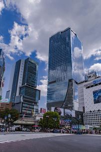 渋谷駅前スクランブル交差点と商業ビル群の写真素材 [FYI04810393]