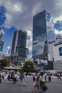 渋谷駅前スクランブル交差点と商業ビル群の写真素材 [FYI04810395]