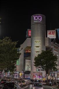 渋谷109の商業ビルと街並みの夜景の写真素材 [FYI04810398]