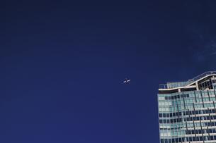 渋谷スクランブルスクエアビルと飛行機の写真素材 [FYI04810399]