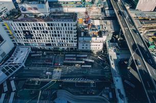 再開発の渋谷駅西口ロータリーと高速道路の写真素材 [FYI04810401]