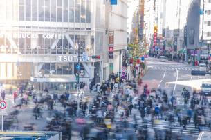 渋谷駅前スクランブル交差点の雑踏の写真素材 [FYI04810406]