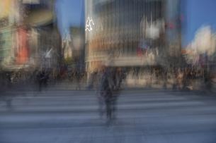 渋谷駅前スクランブル交差点の雑踏の写真素材 [FYI04810407]
