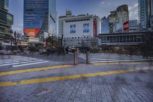 渋谷駅前スクランブル交差点の雑踏の写真素材 [FYI04810408]