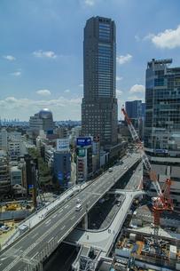 渋谷駅西口の商業ビル群と首都高速道路の写真素材 [FYI04810409]