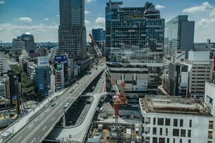 渋谷駅西口の商業ビル群と首都高速道路の写真素材 [FYI04810410]