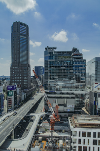 渋谷駅西口の商業ビル群と首都高速道路の写真素材 [FYI04810411]