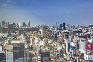 渋谷の街並みと新宿のビル群の写真素材 [FYI04810417]