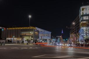原宿駅前交差点の夜景の写真素材 [FYI04810418]