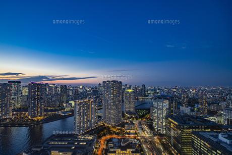 豊洲のビル群の夜景の写真素材 [FYI04810419]