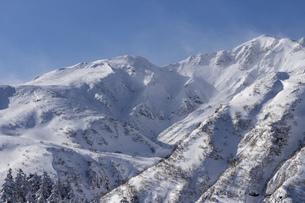 北海道 十勝岳連峰の冬の風景の写真素材 [FYI04810420]