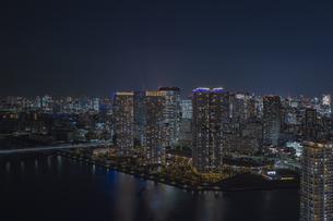 晴海の高層マンション群と都心の夜景の写真素材 [FYI04810422]