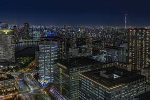 豊洲のビル群の夜景と東京スカイツリーの写真素材 [FYI04810425]