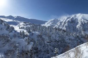 北海道 十勝岳連峰の冬の風景の写真素材 [FYI04810429]