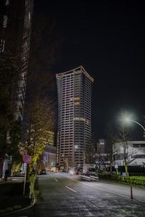 渋谷公園通りにそびえる高層マンションの夜景の写真素材 [FYI04810433]