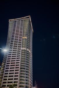 渋谷公園通りにそびえる高層マンションの夜景の写真素材 [FYI04810438]