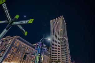 渋谷公園通りにそびえる高層マンションの夜景の写真素材 [FYI04810441]