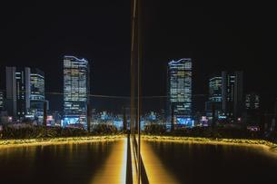 渋谷駅高層ビル群が反射する夜景の写真素材 [FYI04810443]