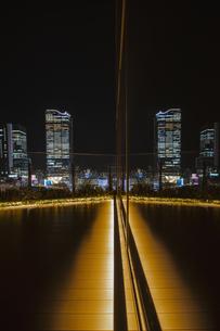 渋谷駅高層ビル群が反射する夜景の写真素材 [FYI04810446]