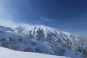 北海道 十勝岳連峰の冬の風景の写真素材 [FYI04810456]