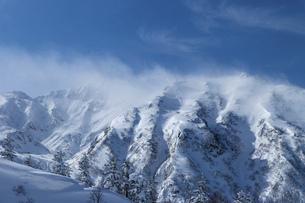 北海道 十勝岳連峰の冬の風景の写真素材 [FYI04810459]