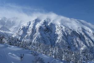 北海道 十勝岳連峰の冬の風景の写真素材 [FYI04810462]