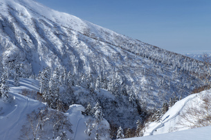 北海道 十勝岳連峰の冬の風景の写真素材 [FYI04810464]