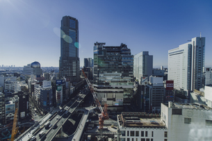 渋谷駅西口の商業ビル群と首都高速道路の写真素材 [FYI04810468]