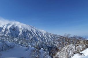 北海道 十勝岳連峰の冬の風景の写真素材 [FYI04810469]