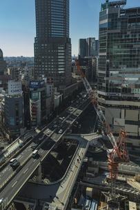 渋谷駅西口の商業ビル群と首都高速道路の写真素材 [FYI04810470]