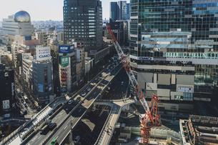渋谷駅西口の商業ビル群と首都高速道路の写真素材 [FYI04810472]