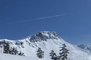 北海道 十勝岳連峰の冬の風景の写真素材 [FYI04810473]