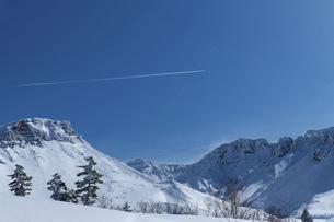 北海道 十勝岳連峰の冬の風景の写真素材 [FYI04810474]