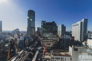 渋谷駅西口の商業ビル群と首都高速道路の写真素材 [FYI04810475]