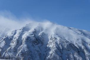 北海道 十勝岳連峰の冬の風景の写真素材 [FYI04810478]