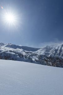 北海道 十勝岳連峰の冬の風景の写真素材 [FYI04810479]