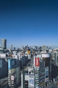 渋谷の街並みと新宿のビル群の写真素材 [FYI04810480]