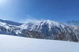 北海道 十勝岳連峰の冬の風景の写真素材 [FYI04810481]