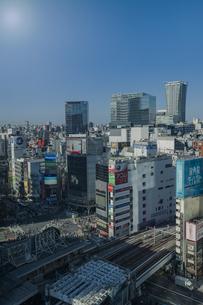 渋谷駅前スクランブル交差点と商業ビル群の写真素材 [FYI04810482]