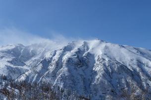 北海道 十勝岳連峰の冬の風景の写真素材 [FYI04810483]