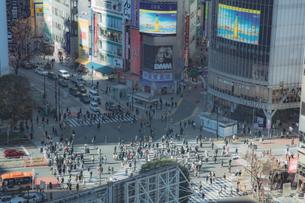渋谷駅前スクランブル交差点と商業ビル群の写真素材 [FYI04810485]