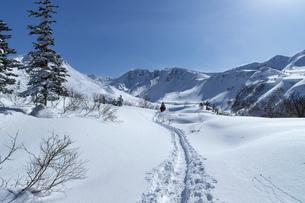 北海道 十勝岳連峰の冬の風景の写真素材 [FYI04810489]