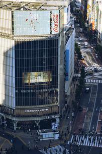 渋谷駅スクランブル交差点と商業施設ビル群の写真素材 [FYI04810493]