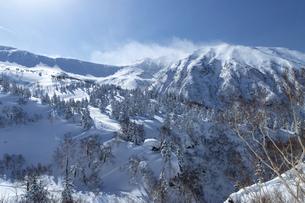 北海道 十勝岳連峰の冬の風景の写真素材 [FYI04810494]