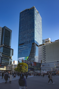 渋谷駅前スクランブル交差点と商業ビル群の写真素材 [FYI04810496]