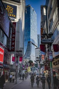 渋谷センター街と高層ビル群の写真素材 [FYI04810497]