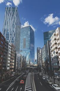 明治通りの交通と渋谷駅高層ビル群の写真素材 [FYI04810507]