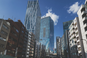 明治通りから望む渋谷駅周辺の高層ビル群の写真素材 [FYI04810508]