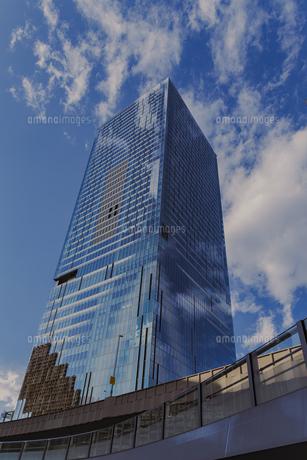 渋谷駅東口より見上げる高層ビルの写真素材 [FYI04810509]